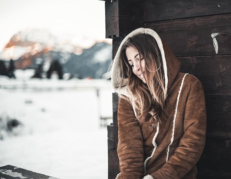 Photo mode avec veste en daim et chalet en fond