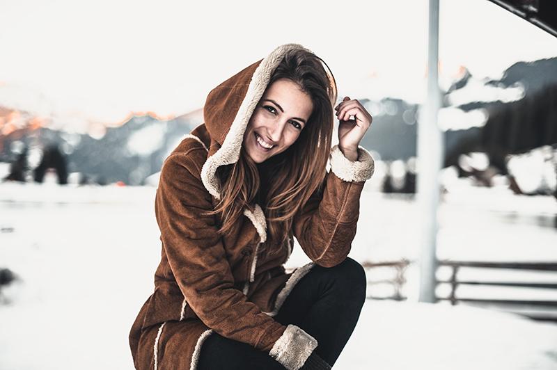 Photo mode avec veste en daim et lac de Vonnes en fond