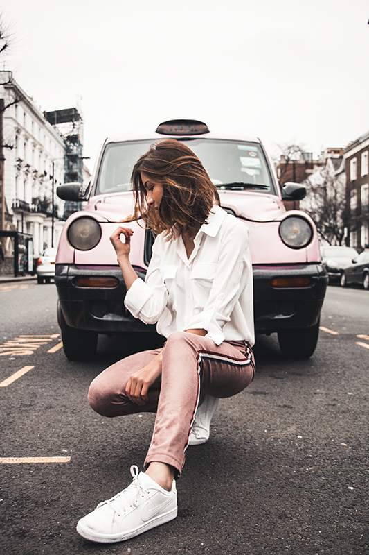 Photographie mode avec taxi rose