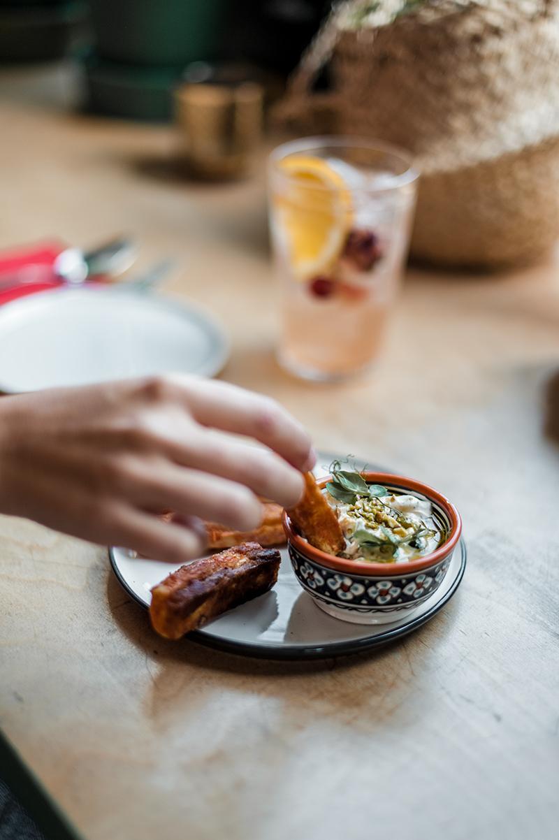 Semsom, c'est le snack libanais trendy à découvrir à Ixelles. L'idée ? Proposer des plats traditionnels libanais avec un petit twist. Un large choix de saveurs qui permet à chacun de composer son assiette comme il l'entend.